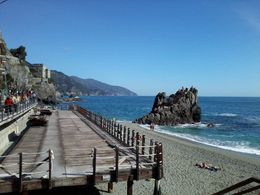 Playa de Monterosso. Hermosa pasarela superior , Victor Jose D - April 2015