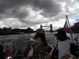Vista da Torre de Londres de dentro do barco. , Heloísa - August 2013
