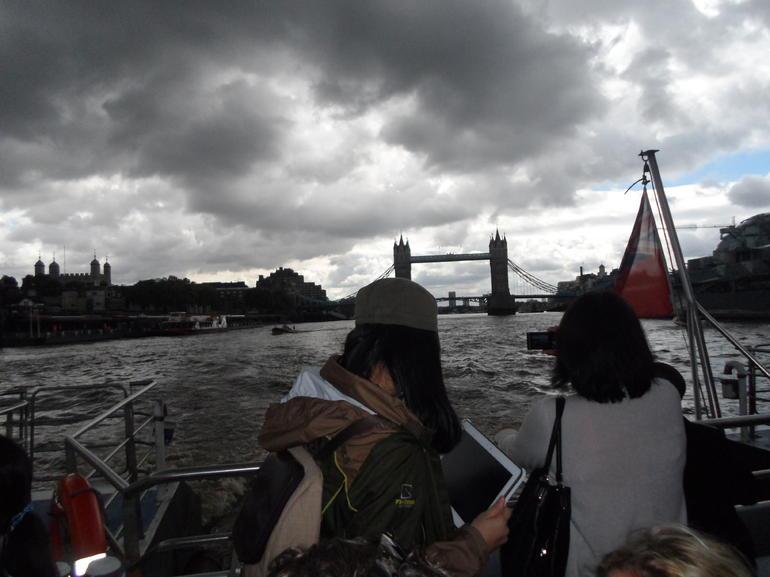 Passendo pelo Tâmisa. - London