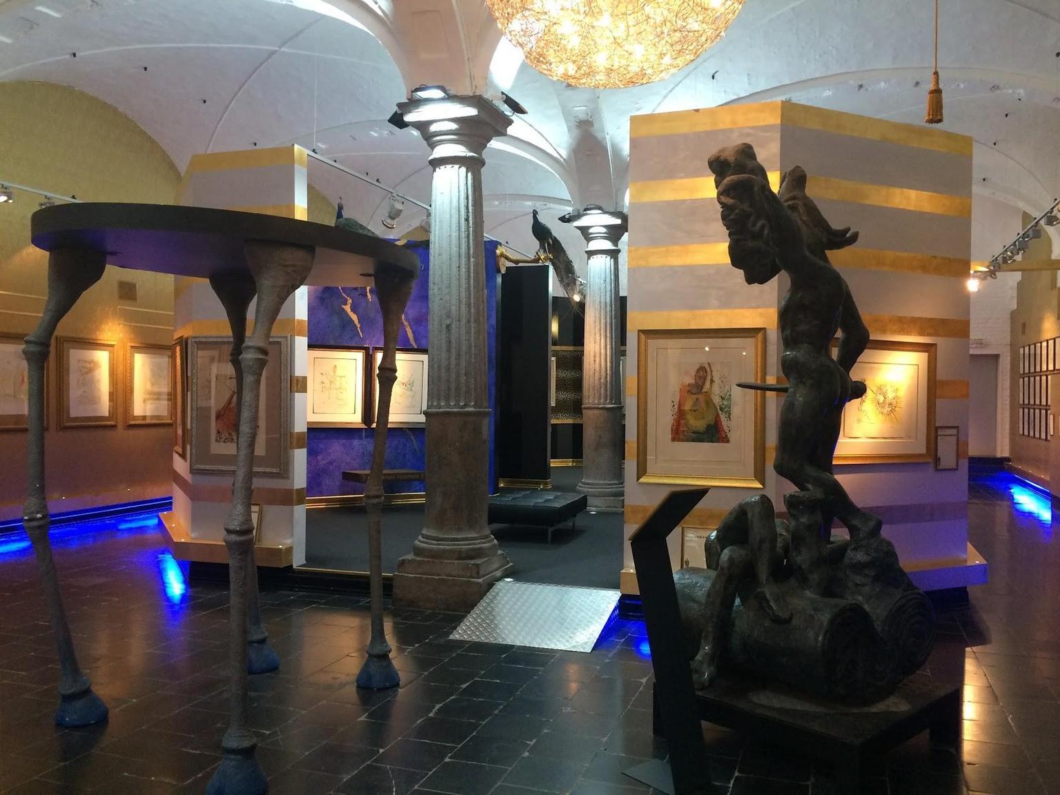 MÁS FOTOS, Entrada a la exposición de Salvador Dalí, Belfort, Markt 7, 8000 Brujas
