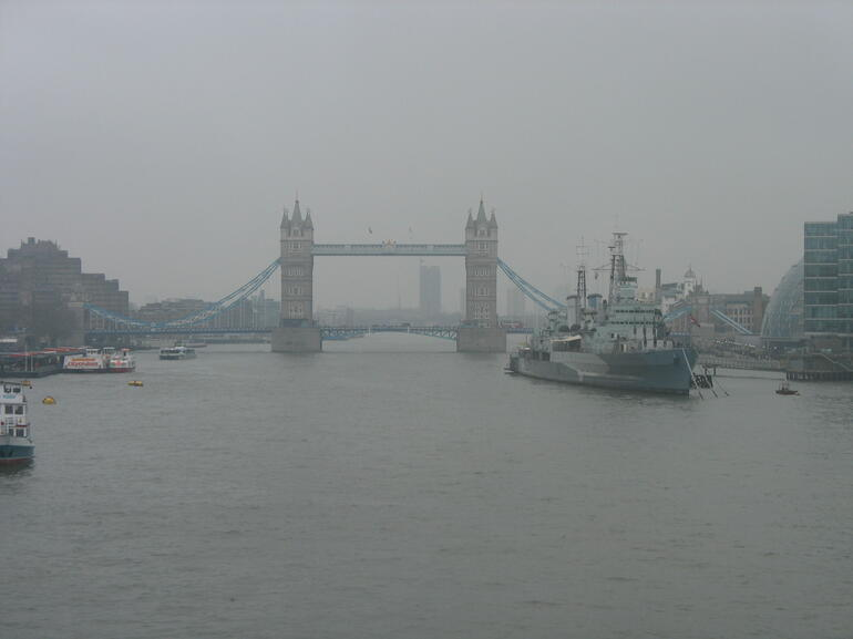 tower bridge dans la brume - London