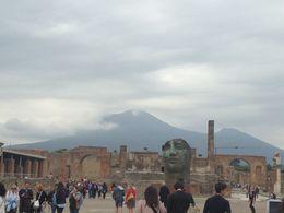 El tour estaba por terminar. Grandiosa vista hacia el Vesubio, lástima que estaba nublado. , Carlos J - April 2016