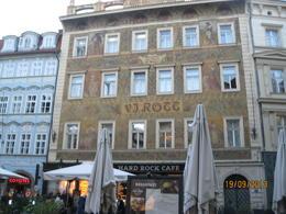 Det största Hard Rock Cafe jag sett, 4 våningar. Ligger i gamla stan vid den Astronomiska klockan, Gamla stans torg. , Eleonor R - September 2013