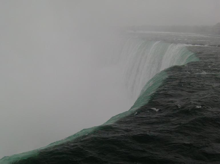 les-chutes-niagara-sous-la-pluie