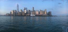 Mit dem Schiff auf der Rückfahrt um die Südspitze von Manhattan rum kurz nach Sonnenuntergang , Daniela L - July 2016