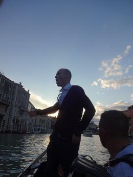 Aqui o jovem cantor nos brinda com uma bela canção italiana! , Christiane M - October 2014