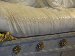 Constater le détail réaliste du tissu du divan qui sert pour Paulina Borghese Bonaparte , Luce D - June 2016
