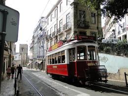 un vieux tramway en service à Lisbonne la célèbre ligne 28 , gege417 - October 2014