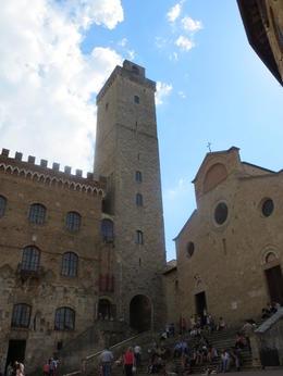 En se promenant dans les ruelles de San Gimignano , Jacqueline L - June 2013