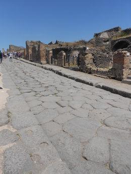 Pompeî et le Vésuve dans le lointain Rue de Pompéi , cinom.arzot - June 2016