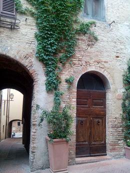 El pueblo de San Gimignano, está lleno de bellos rincones. Es imprescindible salir de las principales vías, y perderse por calles estrellas, o plazas de una belleza sin igual. , Enrique V - June 2015