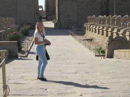 Min datter står her på en plass hvor det befinner seg mange små sfinkser. Vi ble veldig overrasket over hvilken stand disse gamle templene er i. Originalfarger på hieroglyfene,..., Elisabeth J - July 2015