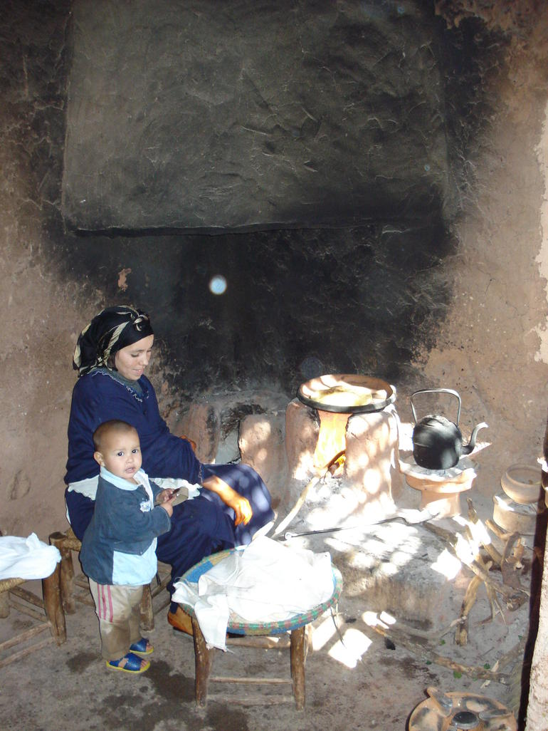 Family cooks up fresh flat bread - Marrakech