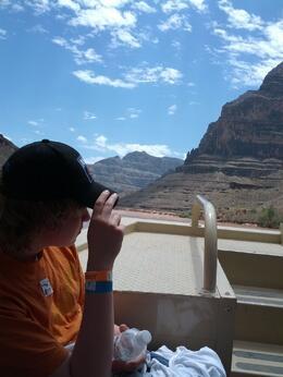 Niklas, vår son, tittar sig omkring under båt turen på Coloradofloden. , L8er - August 2013