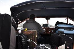 Les valises s'empilent dans la vedette en charge du transfert ...... , Eric D - May 2015