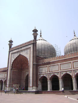 The main entry to the Mosque - the largest in India. The courtyard can accommodate up to 15,000 people for Friday prayers , Balti-most - May 2011