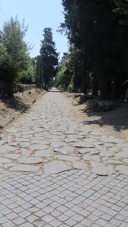 Keine Angst vor einem holprigen Weg. Unmittelbar neben dem Appian Weg führt ein schmaler Pfad für Radfahrer. , Fred H - August 2013