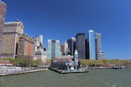 Le bâteau part pour le circuit autour de Manhattan sud (Statue de la Liberté ...). Le début des tours de Wall Street est visible. , Frédéric J - May 2013