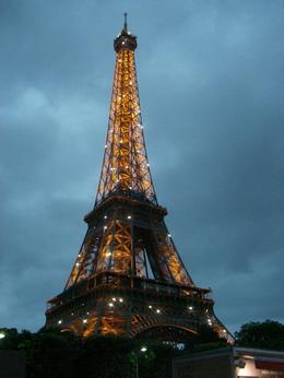 Mens vi ventet på bussen til Moulin Rouge fikk vi se lysshowet som varer i ca. 5 minutter hver hele time når det er mørkt. , Guri S - July 2013