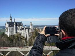 Minha esposa tirando foto da minha foto nesse maravilhoso castelo. Ótima escolha para uma lua de mel , Igor A - May 2015
