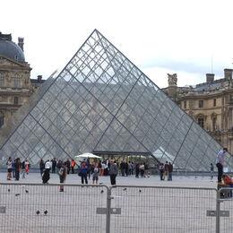 un peu déçu que le mardi le Louvre ferme ses portes mais nous avons pu faire ses boutiques en dessous , jean-marie t - August 2015