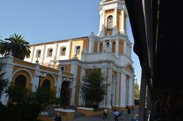 Muitos e lindos prédios formão o centro histórico de Santiago com uma rica arquitetura muitas vezes em estilo europeu, devido a colonização europeia. , Geanini T M P - February 2015