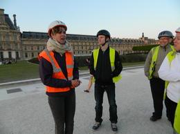 Vores fantastisk dygtige og sympatiske australske guide Laura fortæller engageret om Louvre mm., medens Mikkel Lützer m.fl. lytter opmærksomt. , Bente Lützer - May 2014
