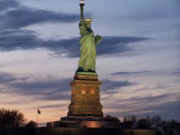 Au pied de la statue de la liberté durant light arbor, la vue sur Manhattan était magique , PATRICE M - May 2014