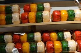 Volendam, fábrica de quesos. Cada color indica un sabor. Foto propia. , Magda A. - June 2017