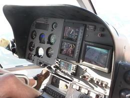 Wir sasen in der ersten Reihe neben dem Piloten mit Blick auf das Cockpit-Equipment und freier Sicht nach vorn. , Kathrin F - September 2013