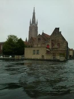 Paseo en barca por un o de los canales de Brujas. , Charly - May 2014