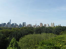 Boven op het dak van het Met vinden wisselende buitententoonstellingen plaats. Daarnaast is het een heerlijk plekje om te vertoeven op een zonnige dag. Het uitzicht is prachtig. , m.terhart - August 2014