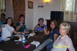 Magnífica oportunidad para poder confraternizar entre los que participamos del tour. Buena comida, acompañada de vino , Gloria R - October 2014