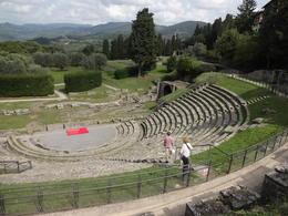 Além da beleza do anfiteatro, ainda há a bela vista dos campos da Toscana! , Christiane M - October 2014