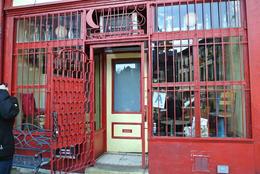 Hinter dieser ungastlichen Front lauert eine tolle Bar namens Spuyten Duyvil - Ihr müsst unbedingt den SenfKäse probieren. , Juergen M - December 2013
