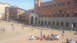 A praça fica cheia de grupo de jovens que estão visitando Siena. Em muitos grupos as mães, ou professores ,estão presentes e os lanches já vem preparado de casa. , FLOR DO CAMPO - April 2015