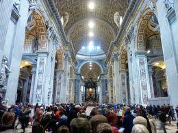 Pracht en praal interieur in een enorm grote kerk , N J J R - May 2016