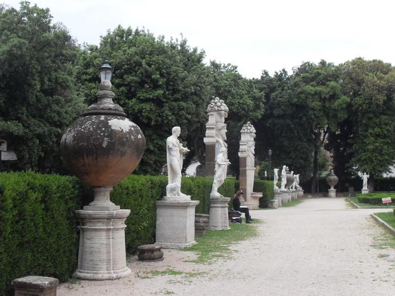allée du jardin de la villa Borghèse - Rome