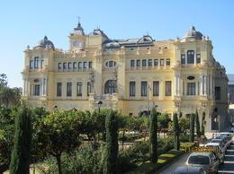 City hall, very pretty in Yellow. , skincanon - January 2012