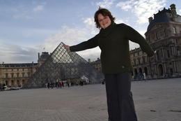 posando junto a la piramide! haciendo arte!! , Claudia Susana F - November 2013