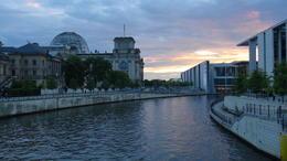 Wij waren op weg naar het Bundestaggebouw voor een avondbezoek aan de koepel. , IR F G B - August 2014
