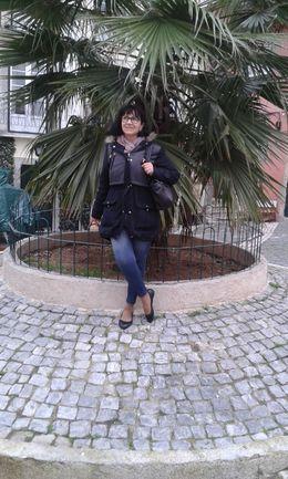 Je prends une pose sur la belle place en pavés bordé d'un palmier majestueux.. , Fatima T - February 2016