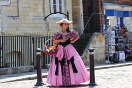 Esta chica vestida al estilo de los Castillos llamo mi atencion , Edgar M - June 2013