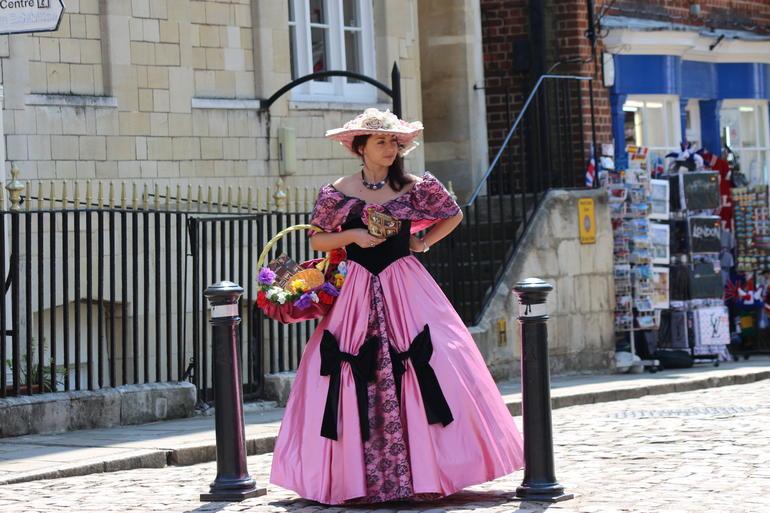 Chica fuera del Castillo de Windsor - London