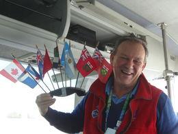 Una gran persona, su alegría y entusiasmo resultan contagiosos. Tuvo la amabilidad de poner banderas de cada uno de los países de quienes estábamos en la excursión. , Patricia P - February 2015