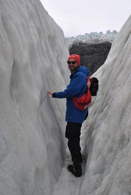 Hier quetschen wir uns durch die Gletscherspalte am Franz-Josef-Gletscher. , Christian H - November 2015