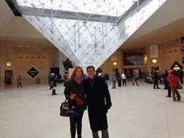 Silvia e Wilson na entrada do Museu do Louvre , Silvia - November 2013