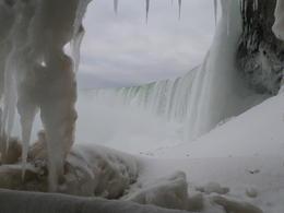 Debajo contemplamos todos los estados del agua, hielo, nieve, los rápidos, la catarata, el agujero enorme donde cae, casi todo congelado, las minúsculas gotas que suben después de la..., Marta D - January 2014