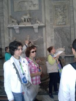 Escuchando la descripción de lo que estamos viendo en el museo Vaticano , Roco - October 2014