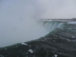 Si bien estaban semicongeladas, esta parte de las cataratas se ve muy bien. , Patricia P - February 2015